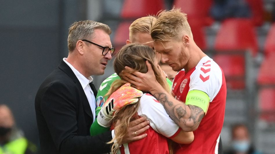 Nach dem Kollaps von Christian Eriksen versucht Dänemarks Kapitän Simon Kjær (r.), Eriksens Partnerin Sabrina Kvist Jensen zu beruhigen. Die Familien kennen sich lange
