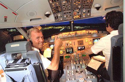Pilot im Cockpit: Viele Flugzeugführer haben Sinn für Humor - manchmal mehr, als den Passagieren lieb ist.