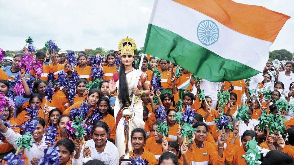 """Feierlichkeiten zum 65. Jahrestag der indischen Unabhängigkeit mit Nationalflagge und symbolischer »Mutter Indien""""(*): »Keine Macht kann uns abhalten, neue Gipfel des Fortschritts zu erklimmen«"""