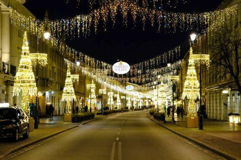 Hell erleuchtet, aber Festtagsstimmung will angesichts der Pandemie wohl auch hier nicht aufkommen: Eine Einkaufsstraße in der polnischen Hauptstadt Warschau
