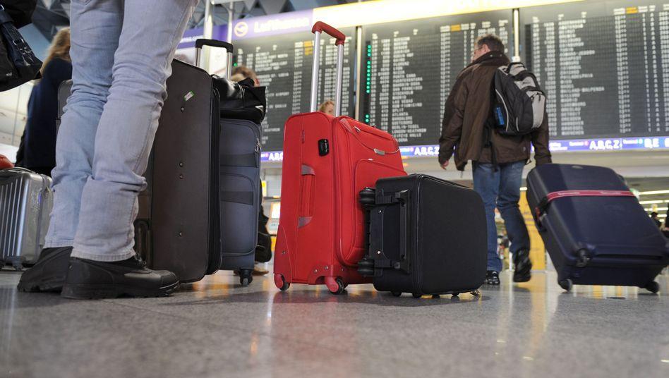 Reisende am Terminal 1 in Frankfurt (Archivbild)
