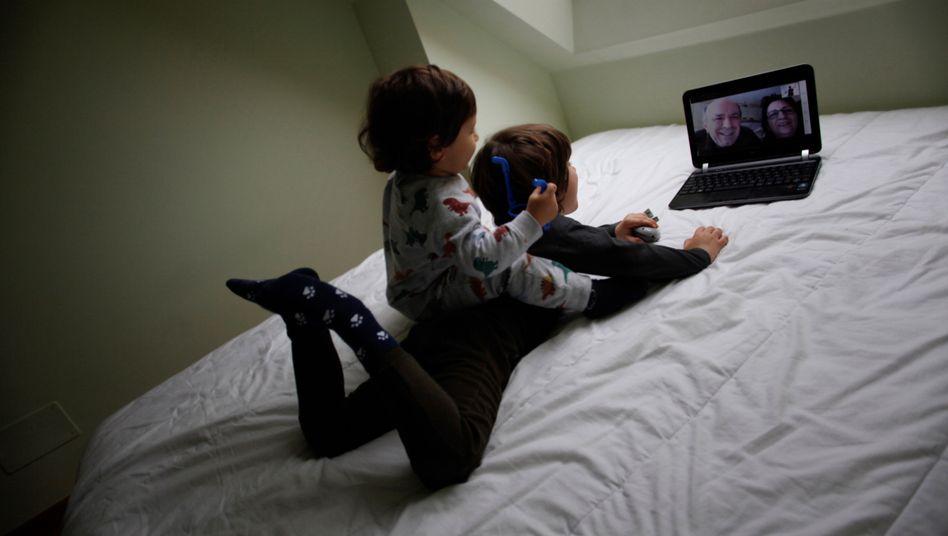 Videochat der Enkel mit den Großeltern: Auch das ist eine Videokonferenz