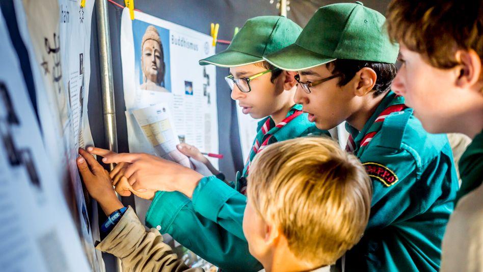 Teilnehmer des ersten christlich-muslimischen Pfadfindercamps: Bei einem Spiel müssen die Kinder Fragen zu den Weltreligionen lösen