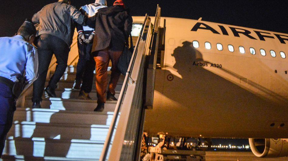 Peter Cherif wird in Dschibuti in ein Flugzeug eskortiert