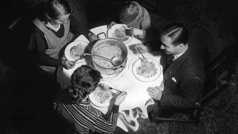 NS-Propaganda zum Eintopfsonntag-Programm des Winterhilfswerk (undatierte Aufnahme)