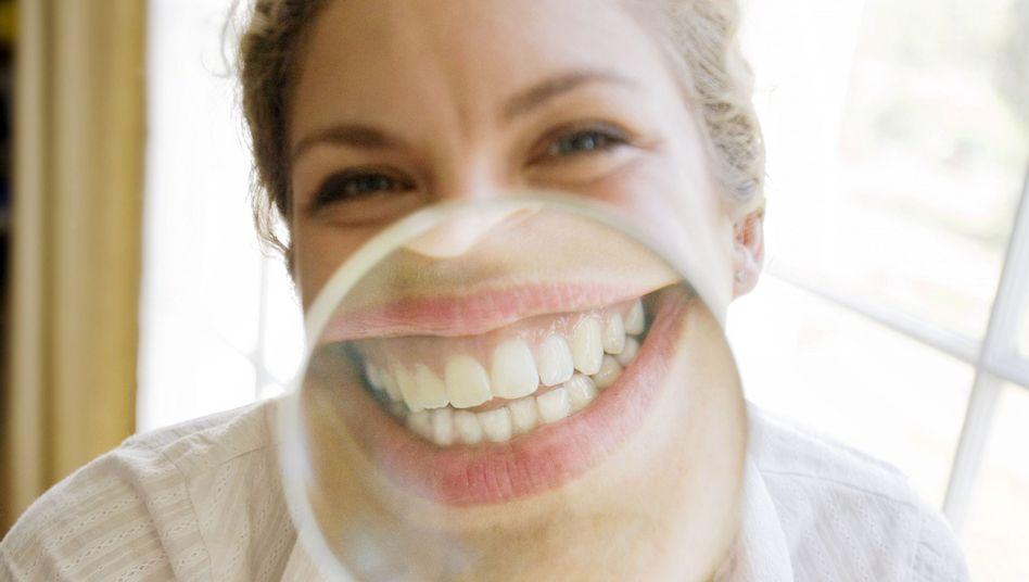 Zähne in Großaufnahme: Zähneknirschen bleibt oft lange unbemerkt