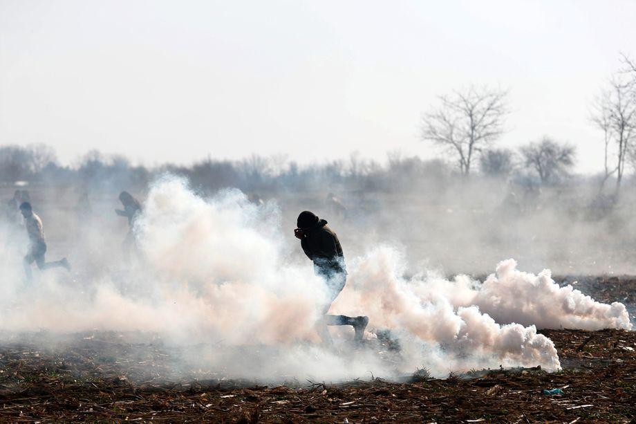 Flucht vor dem Tränengas: Migrant am türkisch-griechischen Grenzübergang
