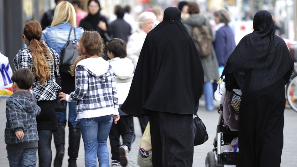 Passanten in Berlin-Neukölln: Scharfe Kritik am bisherigen Optionsmodell