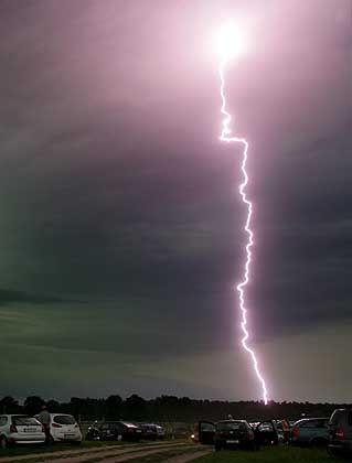 Blitzeinschlag: Zerstört die Überspannung den Heimrechner, sind die Daten oft nicht versichert