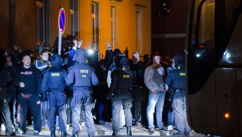 Demonstranten und Polizisten in Freiberg: Aufgeheizte und aggressive Stimmung