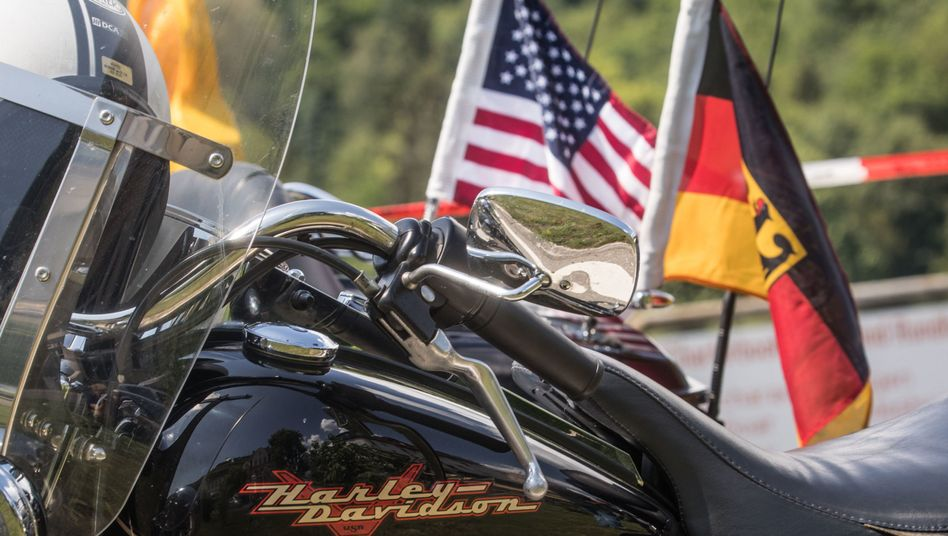 Harley-Davidson am Straßenrand zur 17. Magic Bike in Rüdesheim