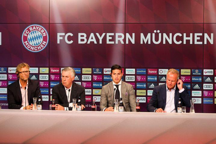 Rodríguez bei seiner Vorstellung in München mit Moderator Dieter Nickles, Trainer Carlo Ancelotti und dem Vorstandsvorsitzenden Karl-Heinz Rummenigge am 12. Juli
