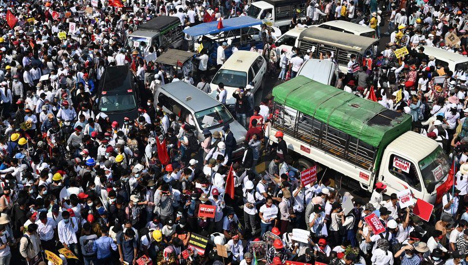 Teilnehmer einer Großkundgebung in Yangon