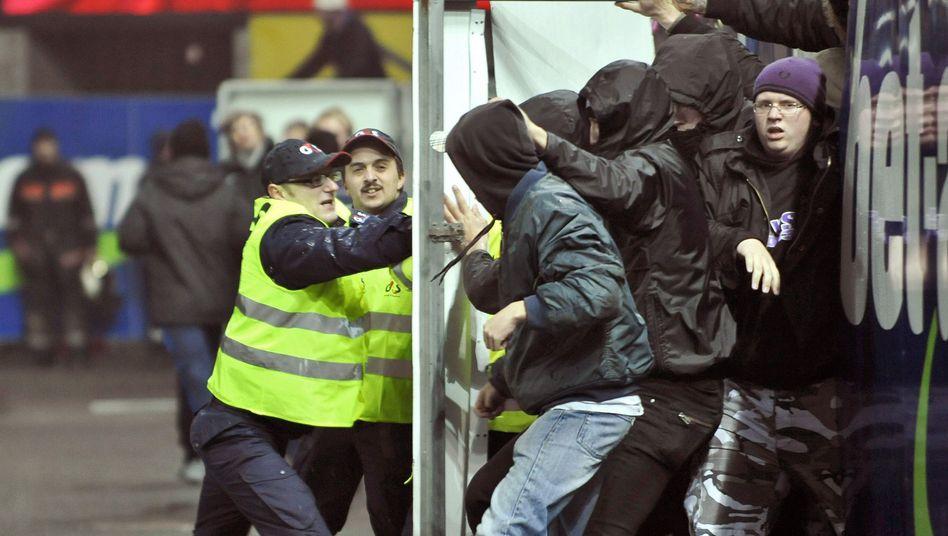 Austria-Fans (r.) gegen Ordner: Den Dialog fördern