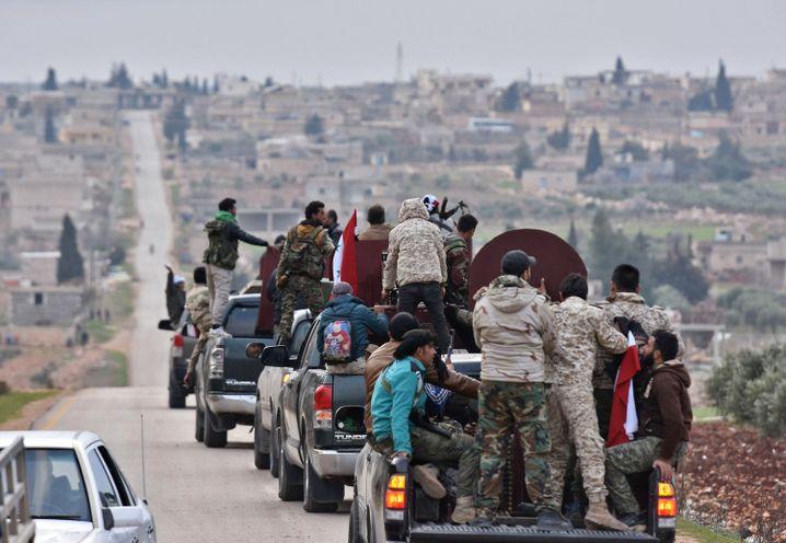 Konvoi von Pro-Assad-Milizen am Rand von Afrin