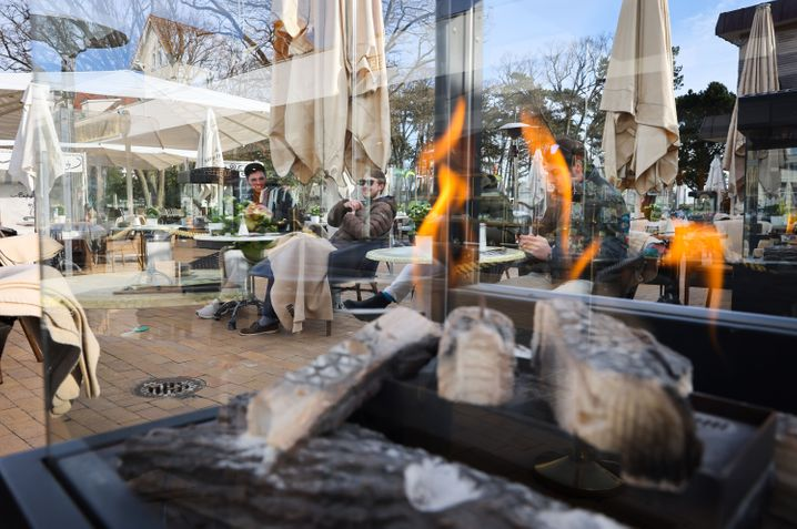 Gäste im wiedereröffneten »Café Wichtig« in Timmendorfer Strand