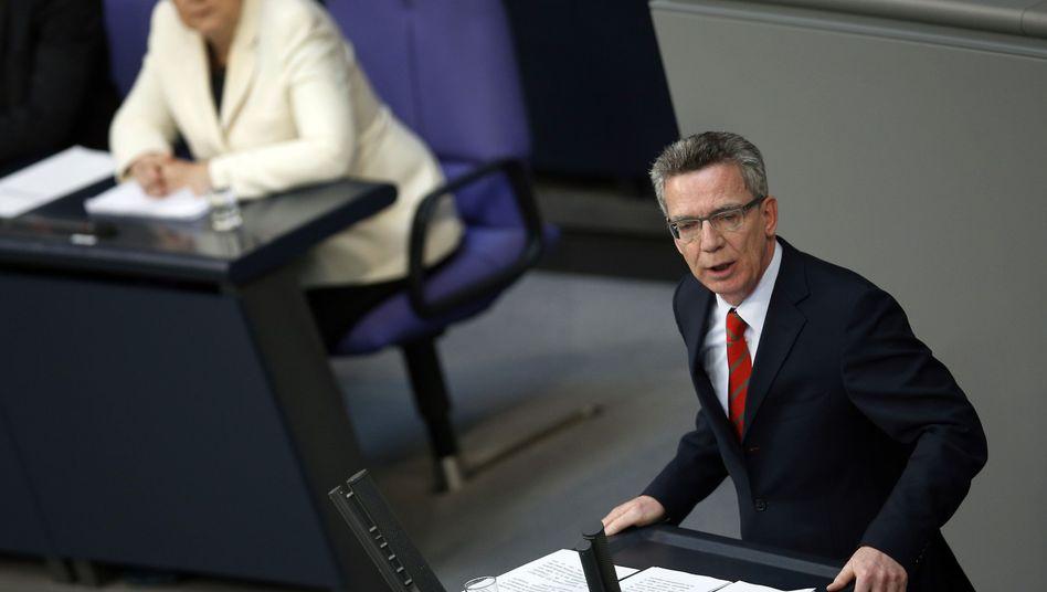 Merkel und de Maizère im Bundestag: Rückendeckung für den Verteidigungsminister