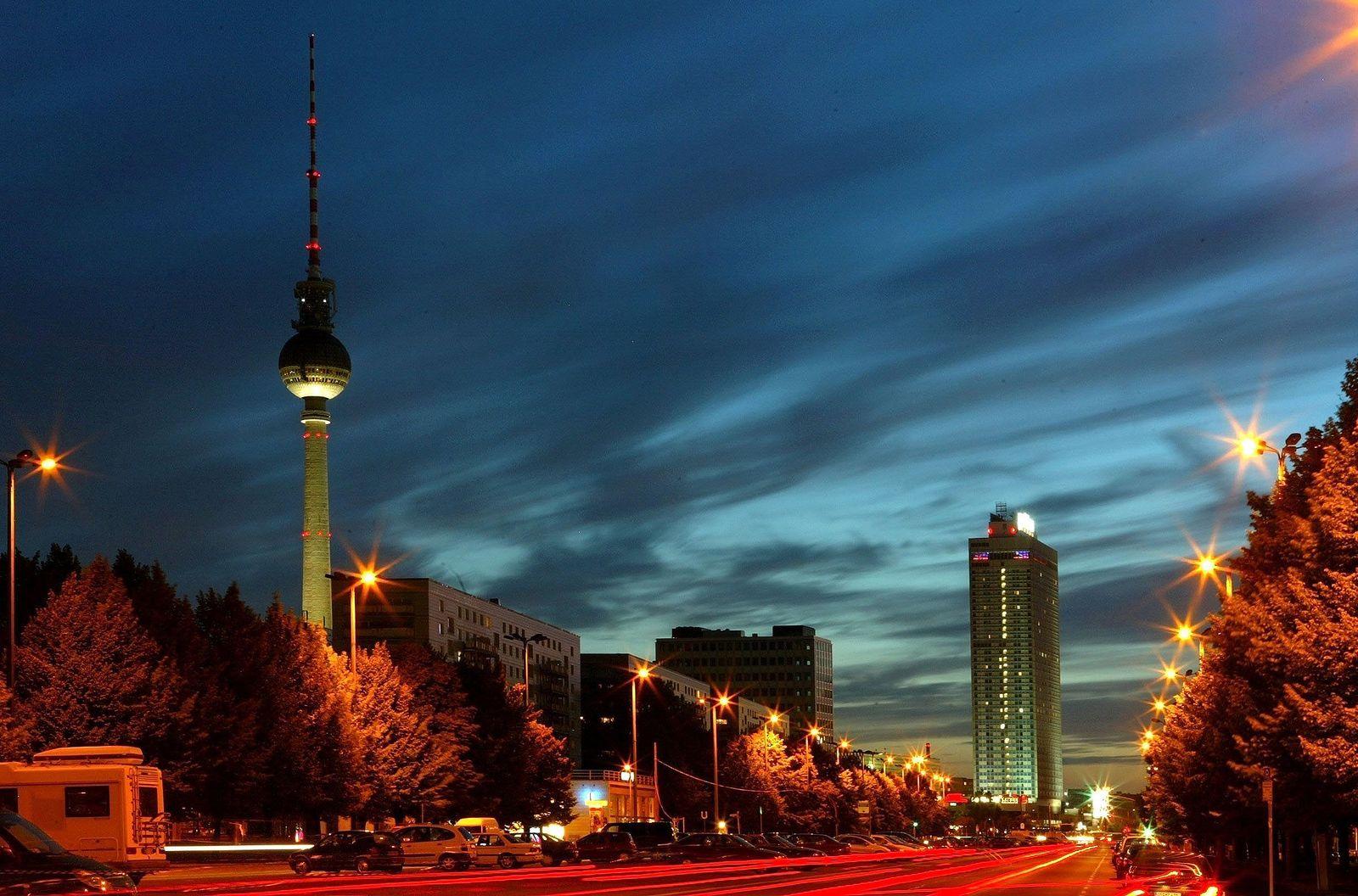 Abend in Berlin / Straßenbeleuchtung / Strom