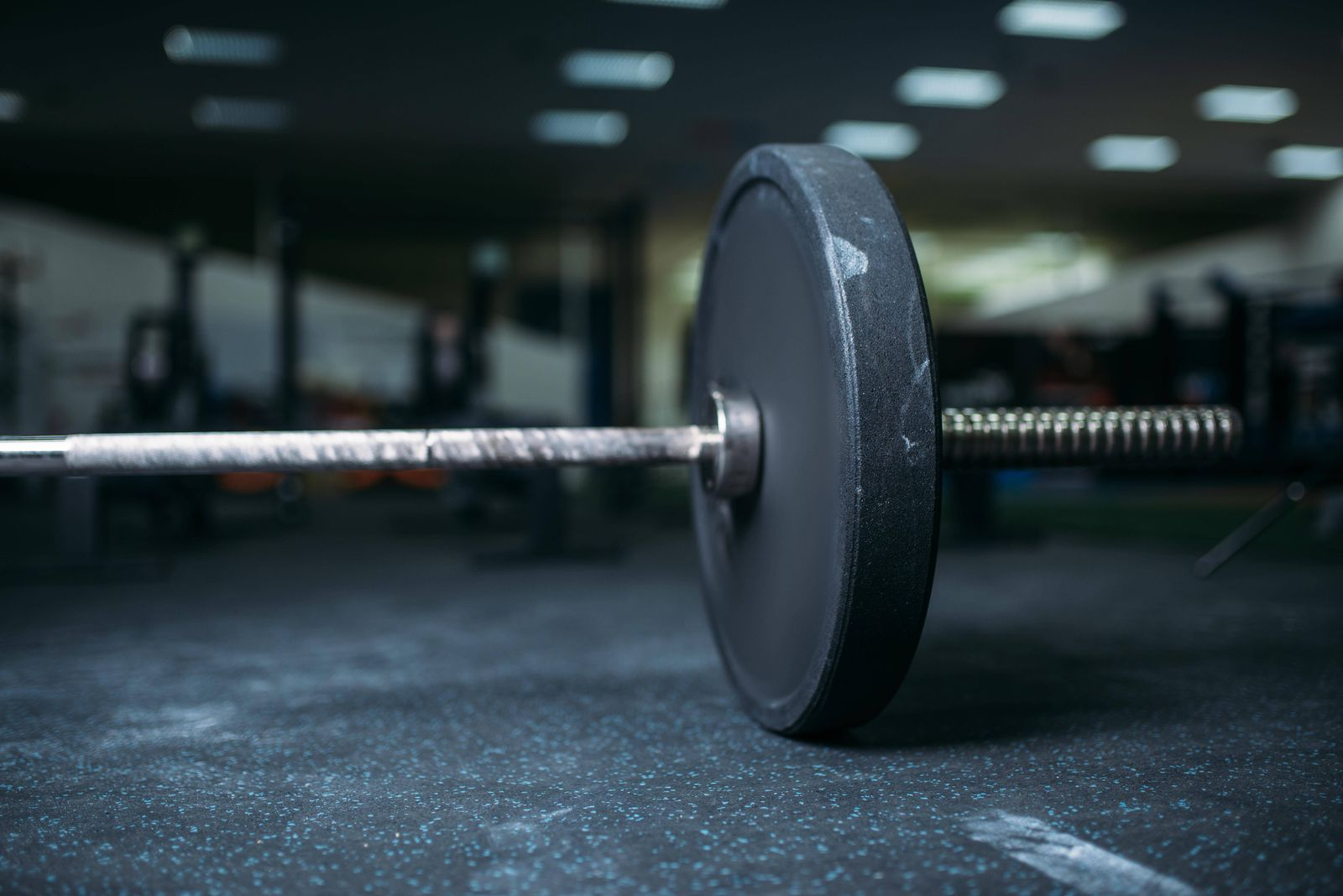 Barbell on the floor in gym closeup view, nobody Copyright: xNomadSoulx Panthermedia28068909