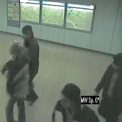 Bild aus einer Überwachungskamera: Die beiden Personen rechts unten im Bild werden gesucht