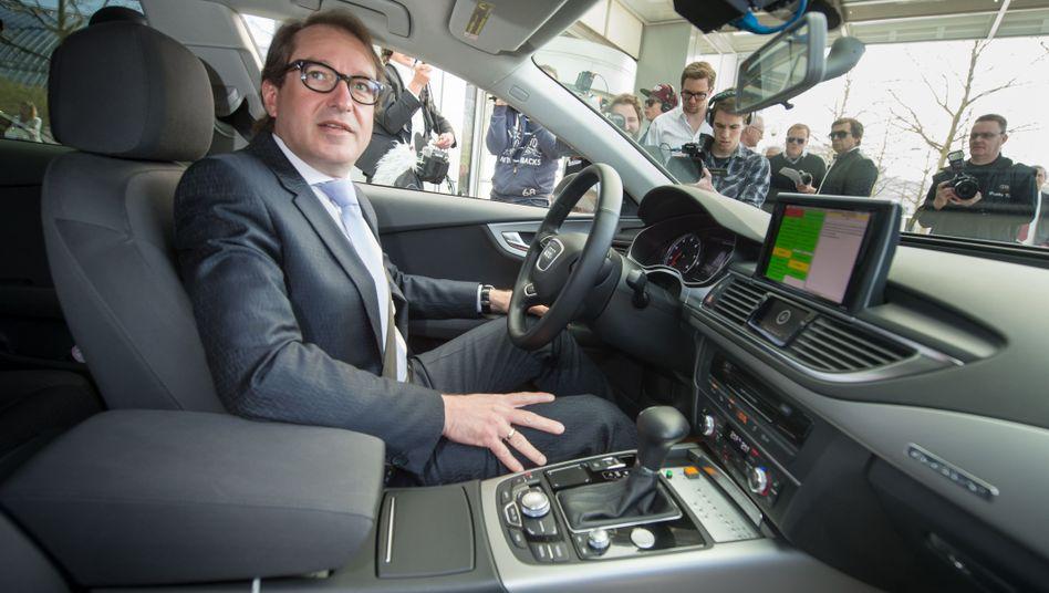 Alexander Dobrindt in einem selbstfahrenden Audi A7