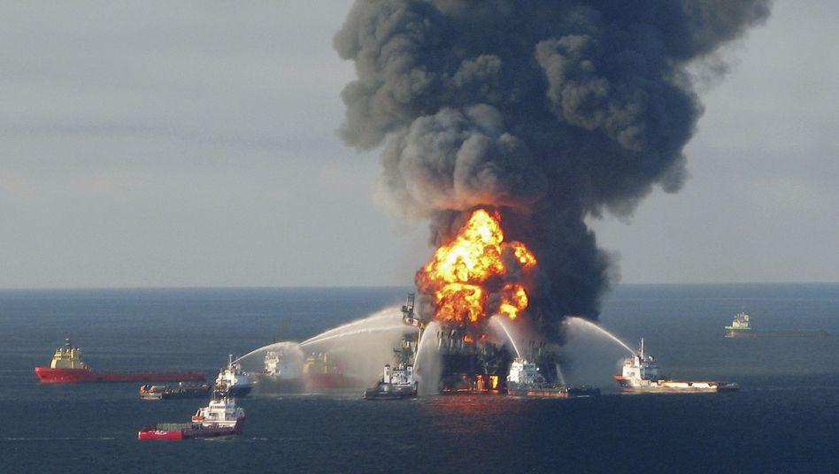 Brennende Ölplattform im Jahr 2010