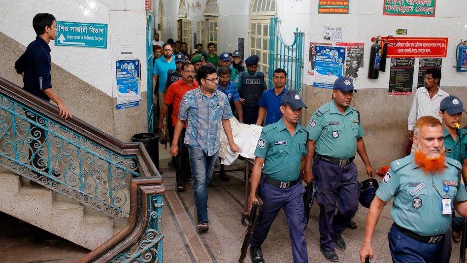 Die Leiche von Deepan in der medizinischen Hochschule: Radikale Islamisten fordern immer wieder die Hinrichtung von Religionskritikern
