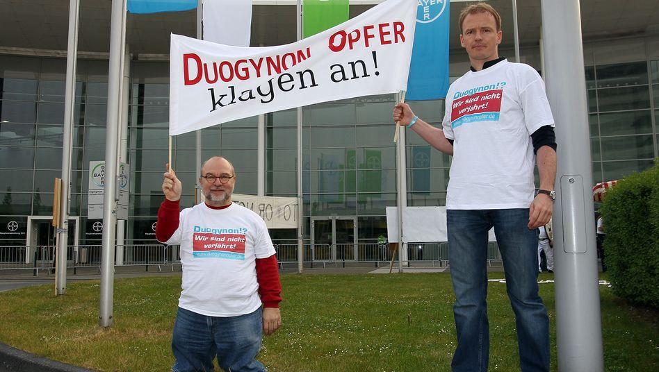 Wolf-Dietrich Molzow und Andrè Sommer protestieren vor der Bayer-Hauptversammlung in Köln