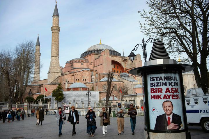 Wahlplakat mit Erdogan vor der Hagia Sophia
