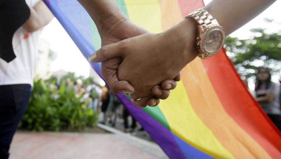 Händchenhalten vor der Regenbogenfahne: Berliner CDU gegen Gleichstellung