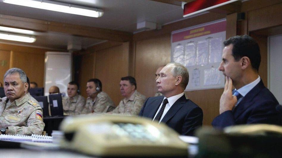 Syrischer Präsident Assad (r.) mit russischem Amtskollegen Putin in Latakia: Einen eigenen Friedensprozess starten