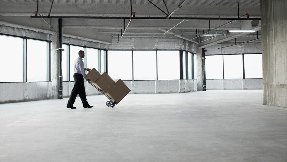 Auszug aus dem Firmenbüro: Vor allem in großen Unternehmen werden in diesem Jahr wohl Arbeitsplätze wegfallen