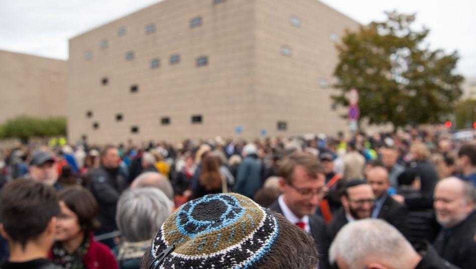 Kundgebung in Dresden: Nach dem Anschlag in Halle bekunden Menschen ihre Solidarität mit dem jüdischen Gemeinden im Land