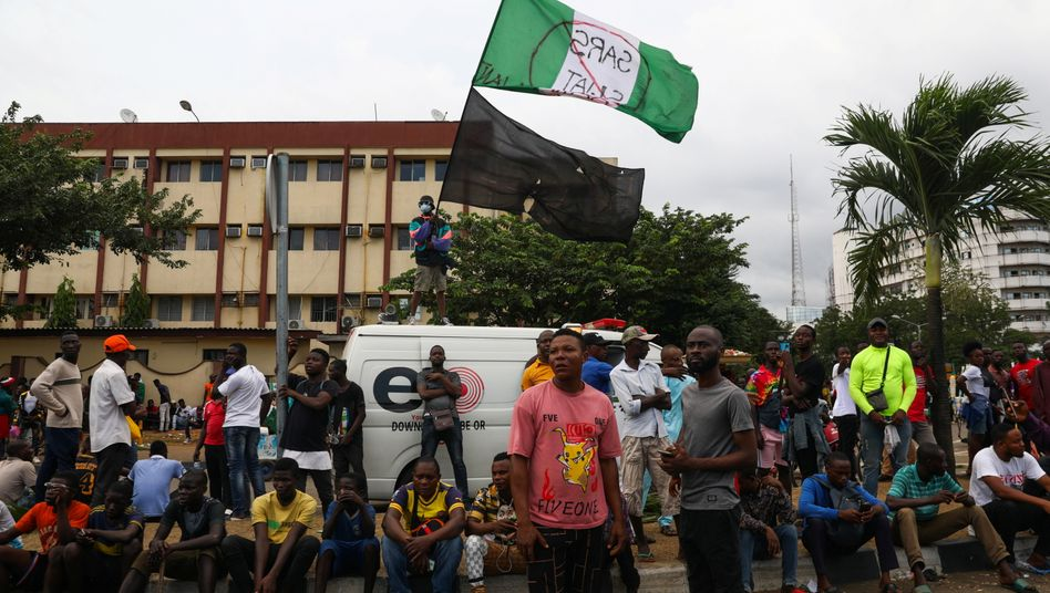 Menschen in Lagos demonstrieren gegen Polizeigewalt
