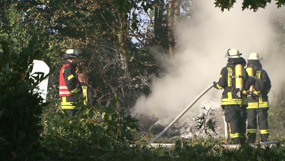 Feuerwehrleute an der Absturzstelle eines Ultraleichtfliegers bei Melle