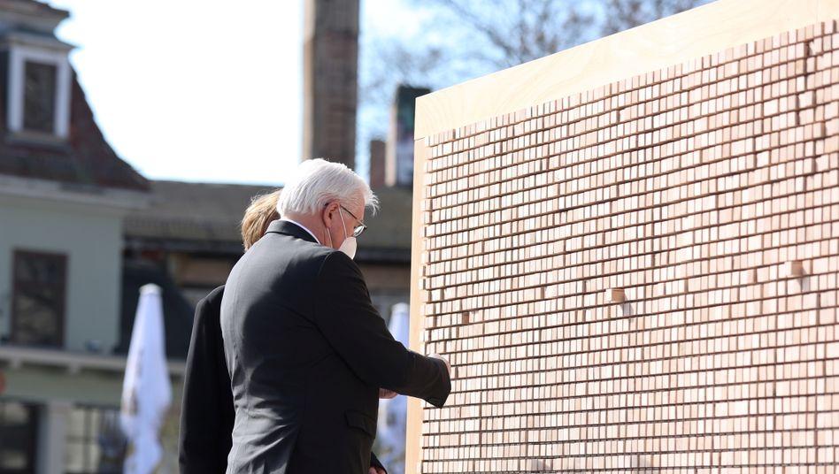 Vor der Kunstinstallation »Verschwindende Wand«: Bundespräsident Frank-Walter Steinmeier und seine Frau Elke Büdenbender am Sonntag in Weimar