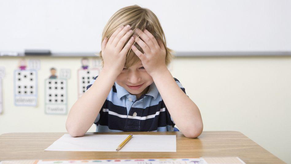 Kind bei Schulaufgaben (Symbolbild)