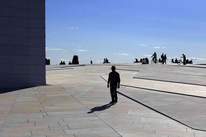Fußgänger auf dem Dach der Oper Oslo: Autofreie Innenstadt geplant