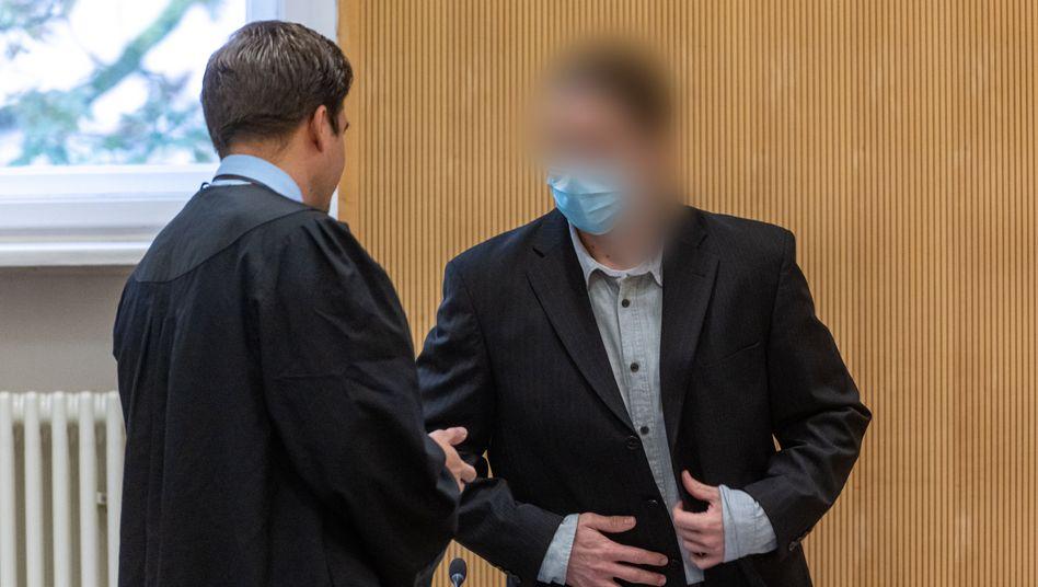 Verurteilt wegen Mordes: Christian F. spricht im Verhandlungssaal mit seinem Verteidiger