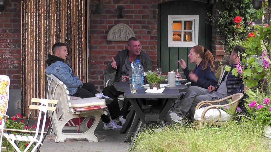 """Horror-Romantik pur: Die """"Sommerhaus""""-Gäste beim Chillen und Lästern"""