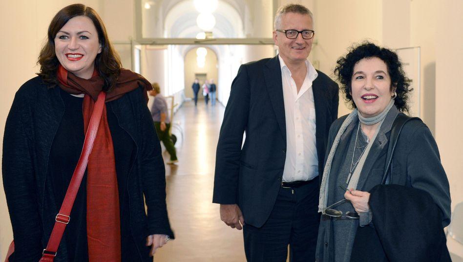 Suhrkamp-Verlegerin Unseld-Berkéwicz (r., mit Pressesprecherin Postpischil, Geschäftsführer Sparr): An Gläubigerversammlung teilgenommen