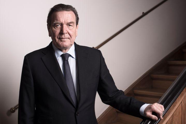 Porträt: Der Ex-Bundeskanzler im Treppenhaus seiner Kanzlei