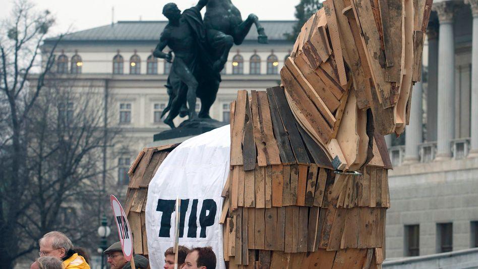 Protest in Wien: TTIP als Trojanisches Pferd