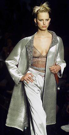 Metallisch: Silberner Mantel über transparentem Top von Valentino