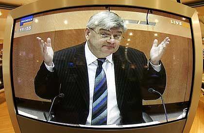 """Außenminister Fischer: Der Auftritt ist nicht die befürchtete """"Joschka-Show"""""""