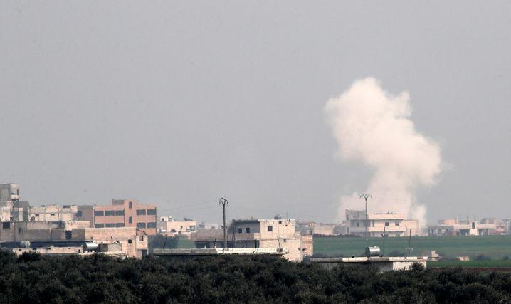 Bombeneinschlag nahe Idlib: Die russischen und syrischen Attacken können eine weitere Massenflucht in die Türkei auslösen