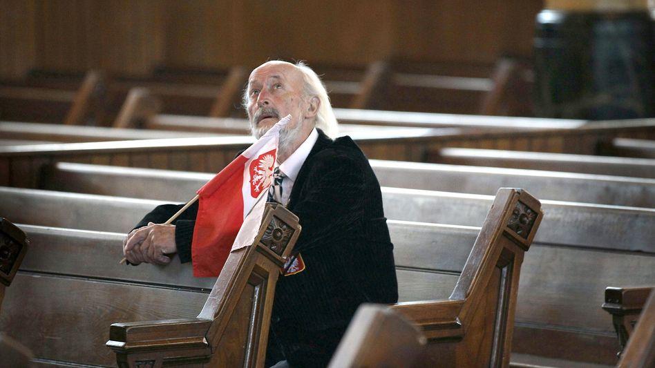 Mann in Kirchenbank: Glaube als Inbegriff der Glückseligkeit?