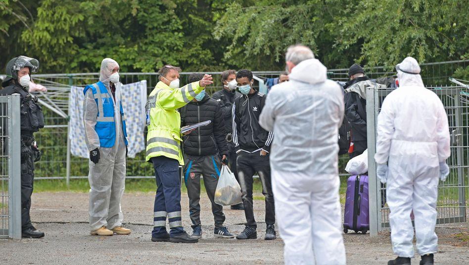 Polizeikräfte sichern eine Asyleinrichtung im bayerischen Rosenheim nach einem Corona-Ausbruch (Archivfoto vom Mai 2020)