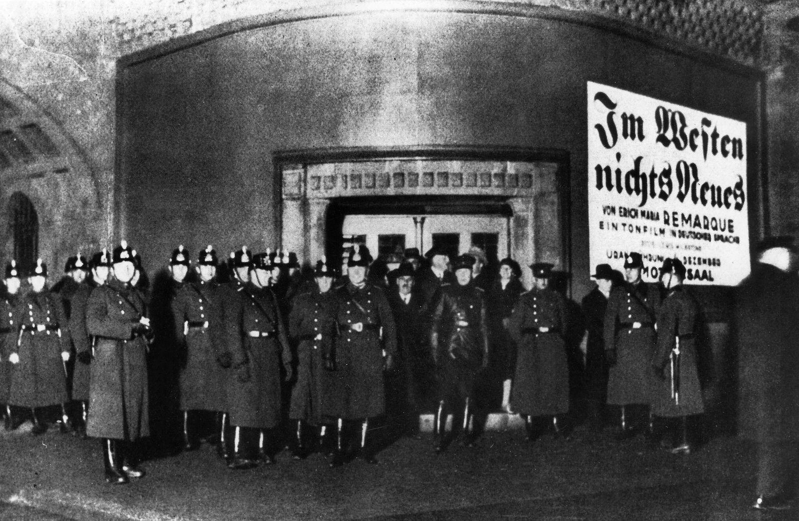 """Polizeischutz für die Aufführung von """"Im Westen nichts Neues"""", Berlin 1930"""