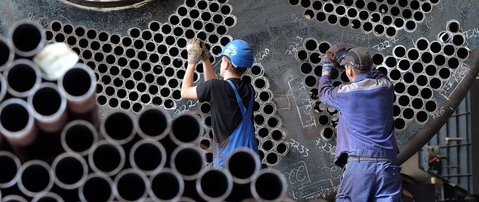 Maschinenbauer an einem Gasbrennkessel: Wirtschaftsforscher sehen Ende des Aufschwungs in Deutschland